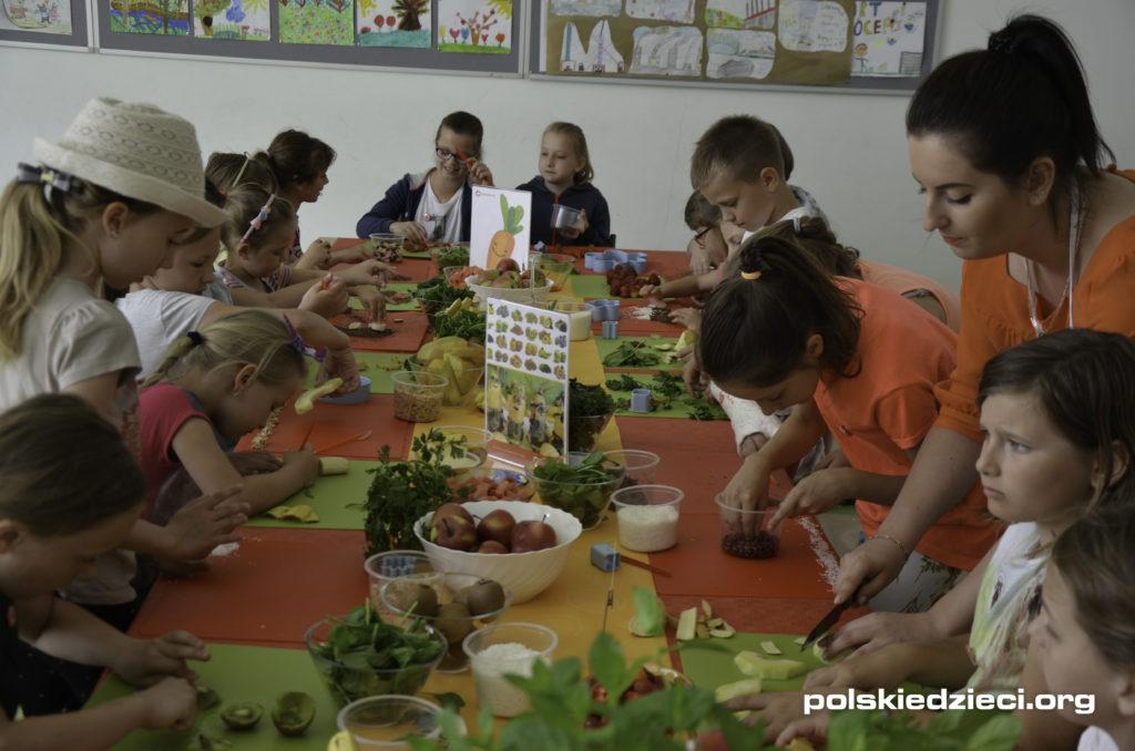 Warsztaty kulinarne podczas pikniku szkolnego w Tyńcu Małym